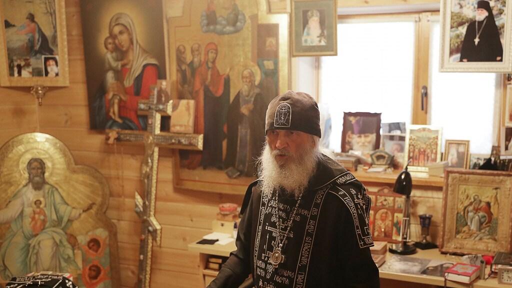Kerkleider Sergej in zijn nieuwe werkkamer.