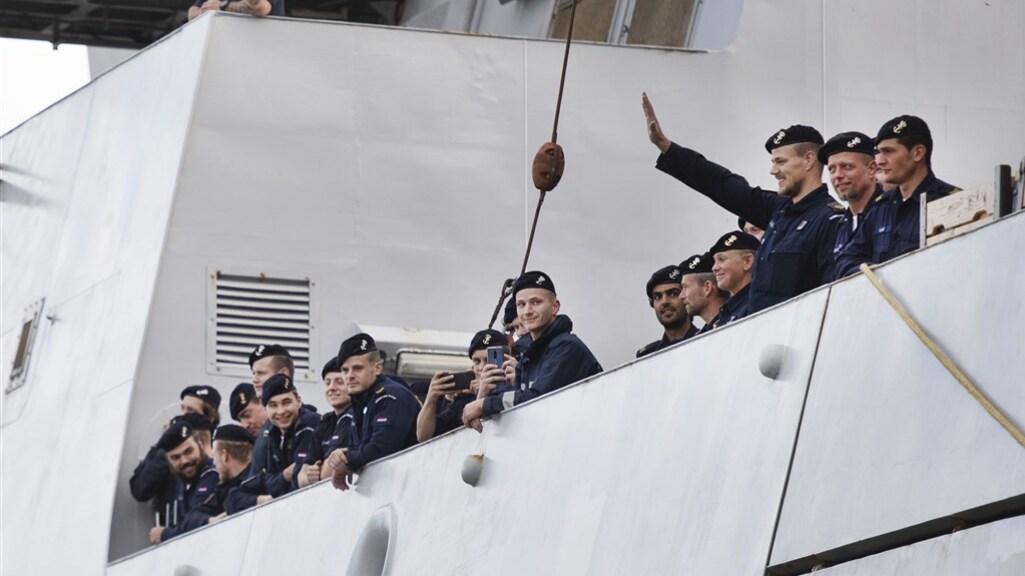De bemanning komt aan in de haven van Den Helder.