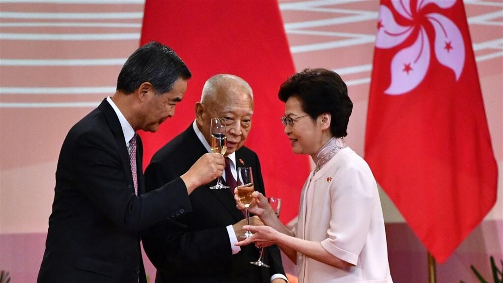 De hoogste politieke leider Carrie Lam (r) brengt een toast uit om te vieren dat 23 jaar geleden Hongkong weer bij China werd gevoegd.