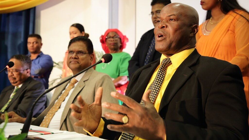 Parlementsvoorzitter Ronnie Brunswijk aan het woord, met naast hem president Chan Santokhi.