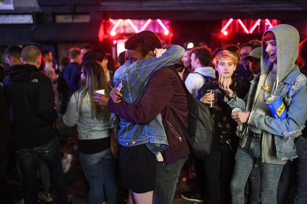 Britse pub spant schrikdraad om gasten op afstand te houden thumbnail