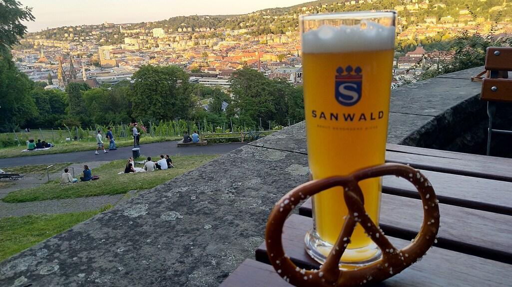 Bier, pretzel en uitzicht vanaf Biergarten Karlshöhe.