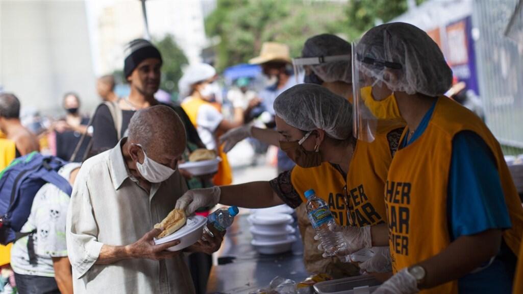 In Brazilië wordt op straat voedsel uitgedeeld