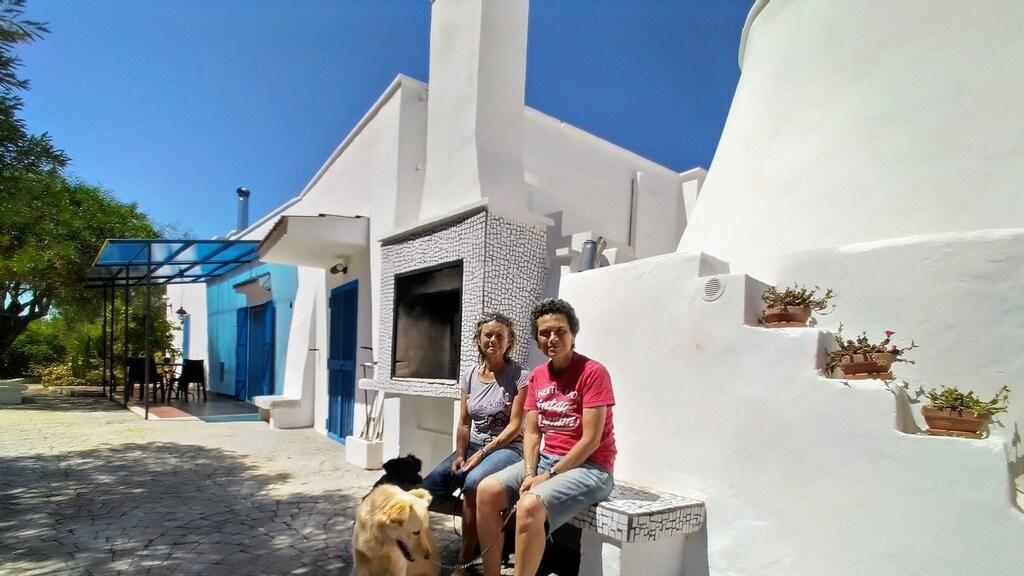 Annet Scholten en haar partner Rosanne Zito op het plein voor hun vakantiehuisjes.