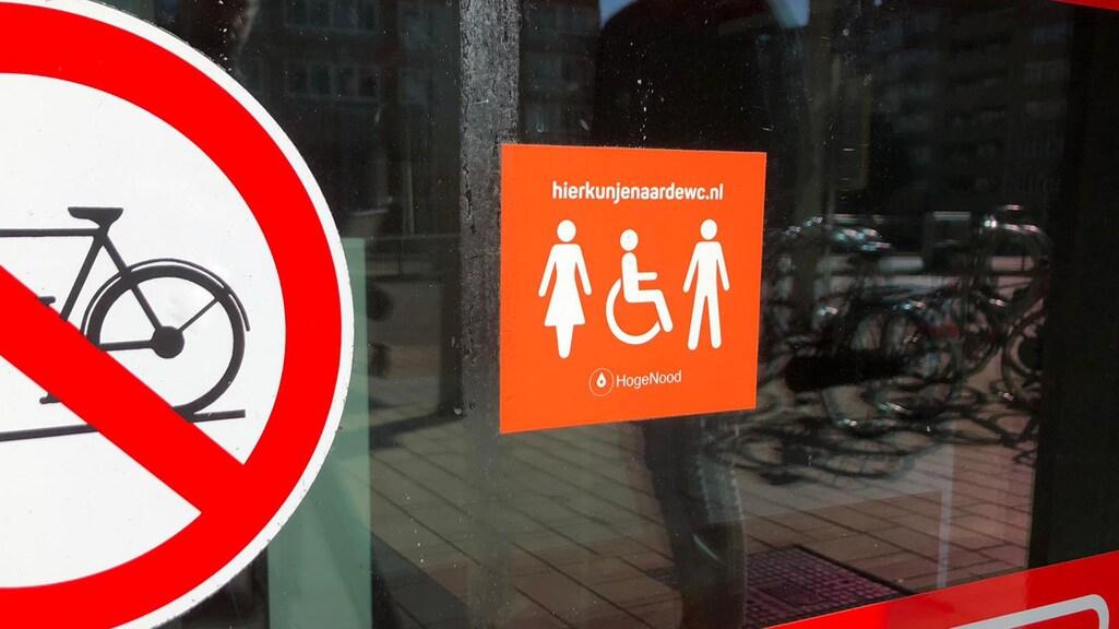 Deze sticker geeft aan dat mensen in dit gebouw naar de wc kunnen