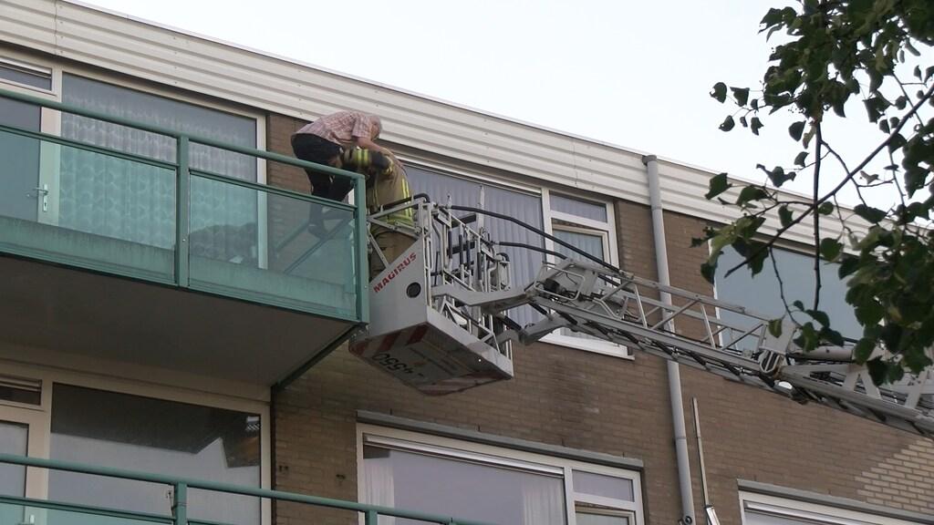 Sommige bewoners werden met een hoogwerker van hun balkon gehaald.
