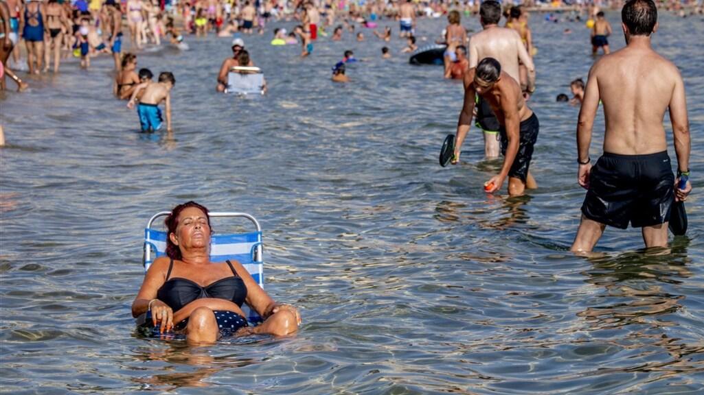 Mensen zoeken verkoeling aan de Spaanse kust.