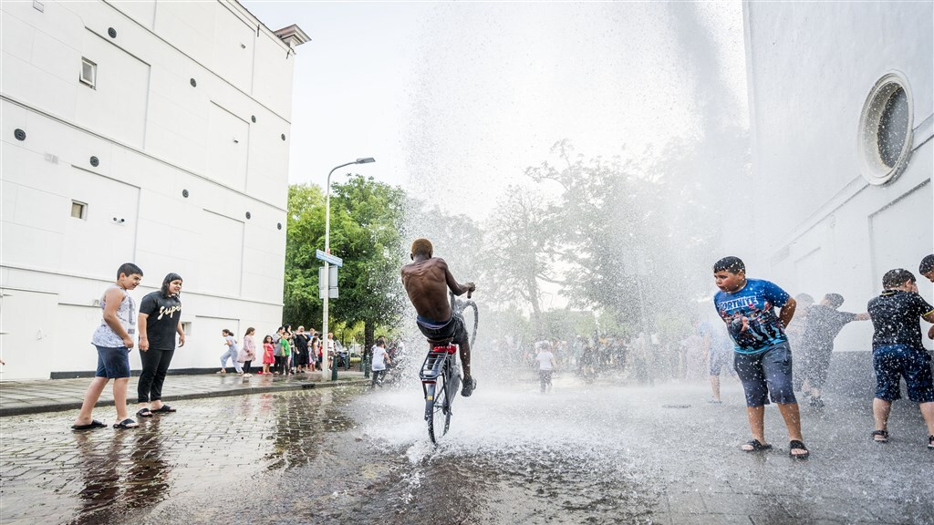 Buurtbewoners genieten van het waterfestijn