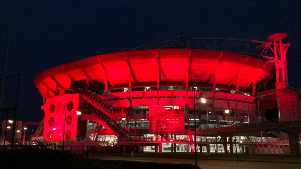 Johan Cruijff Arena in het rood.