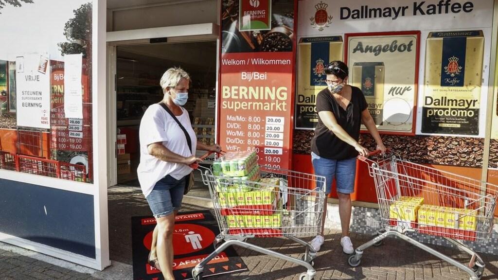 Klanten verlaten supermarkt Berning.