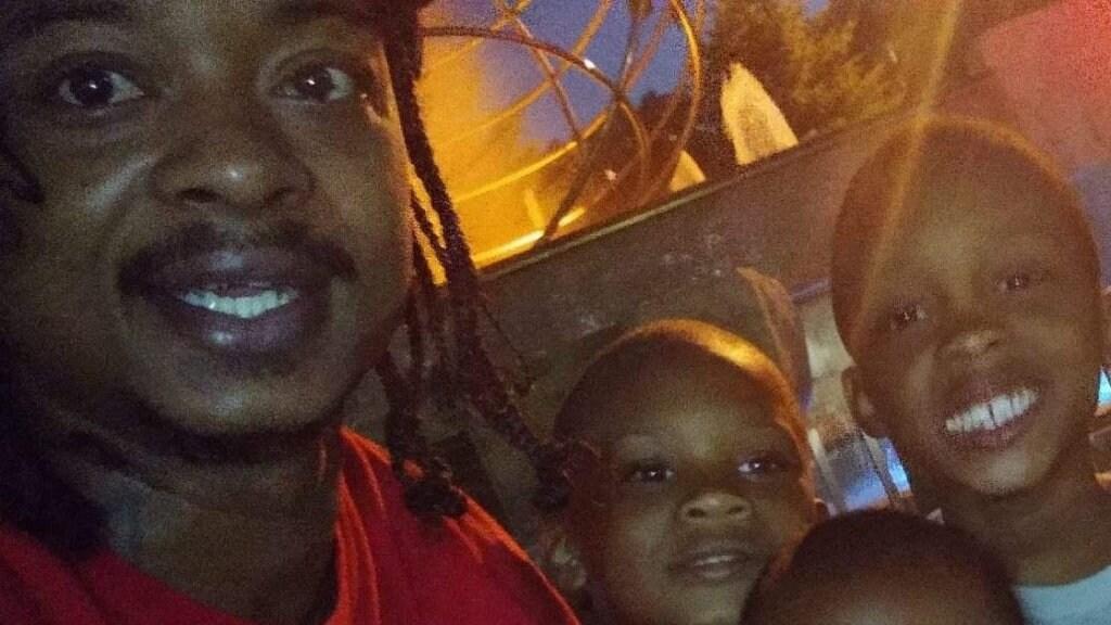 Jacob Blake met twee van zijn kinderen.