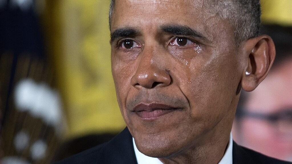 Tranen rollen over de wangen van Obama tijdens zijn speech over school shootings in 2016.
