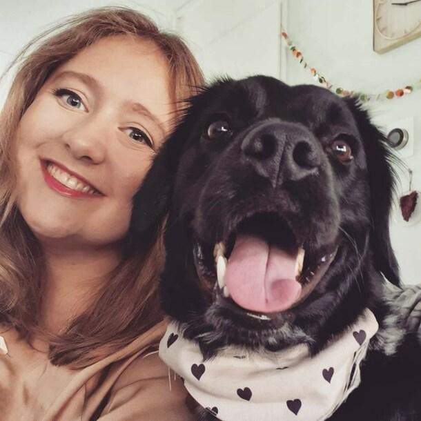 Froukje met haar hond Simmer.