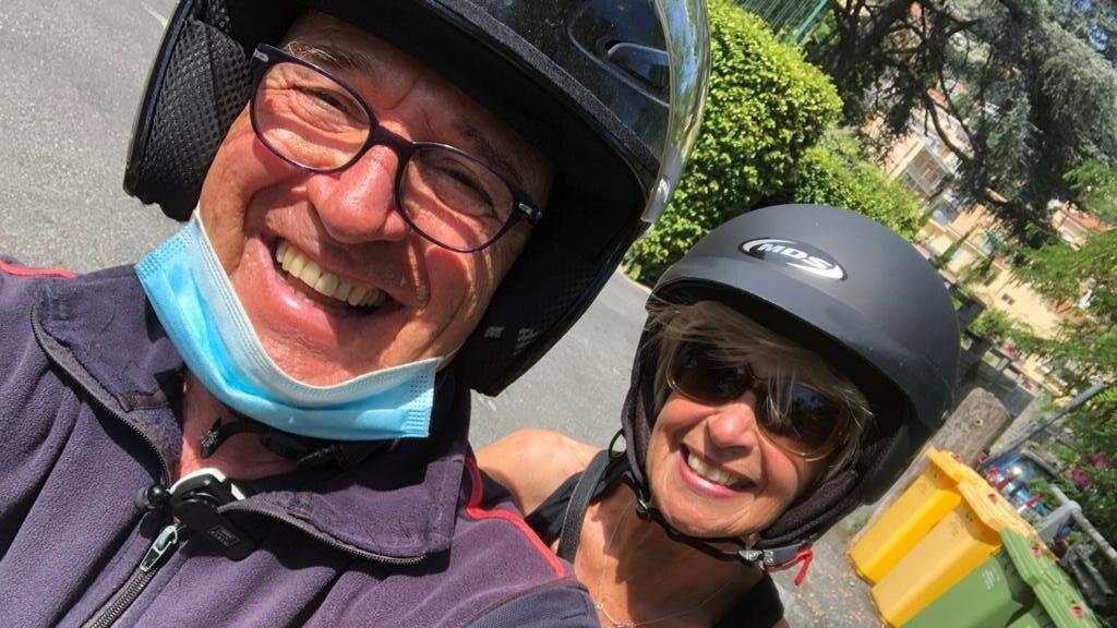 Mario en Annemieke samen op de scooter in Italië