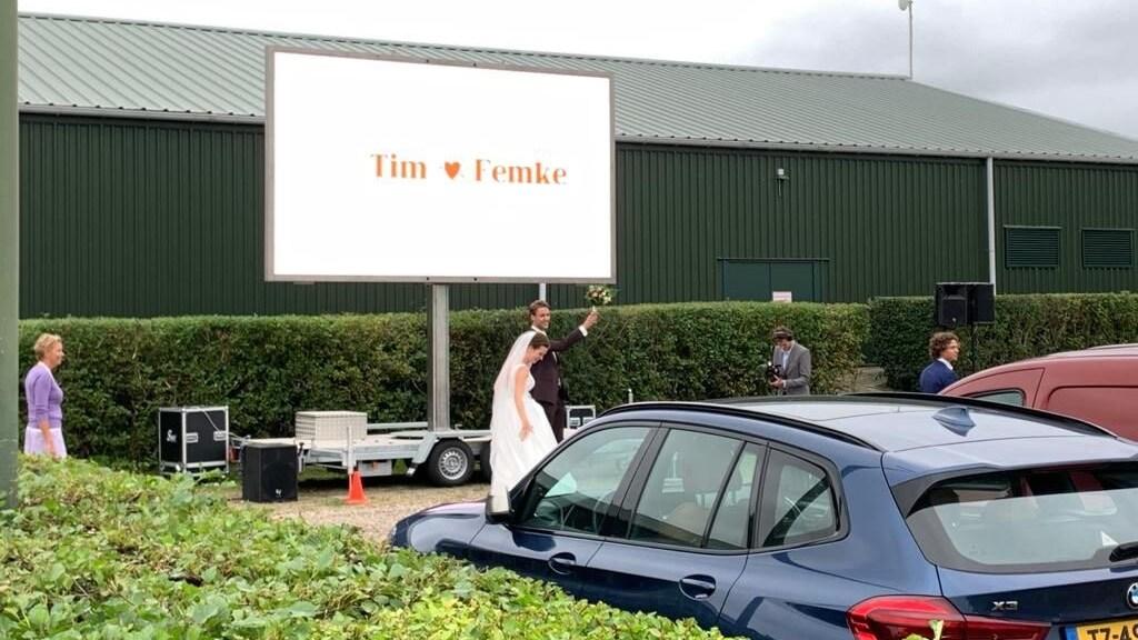 Femke en Tim voor het scherm