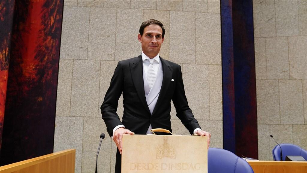 Minister Hoekstra vorig jaar met het koffertje met de Miljoenennota in de Tweede Kamer.