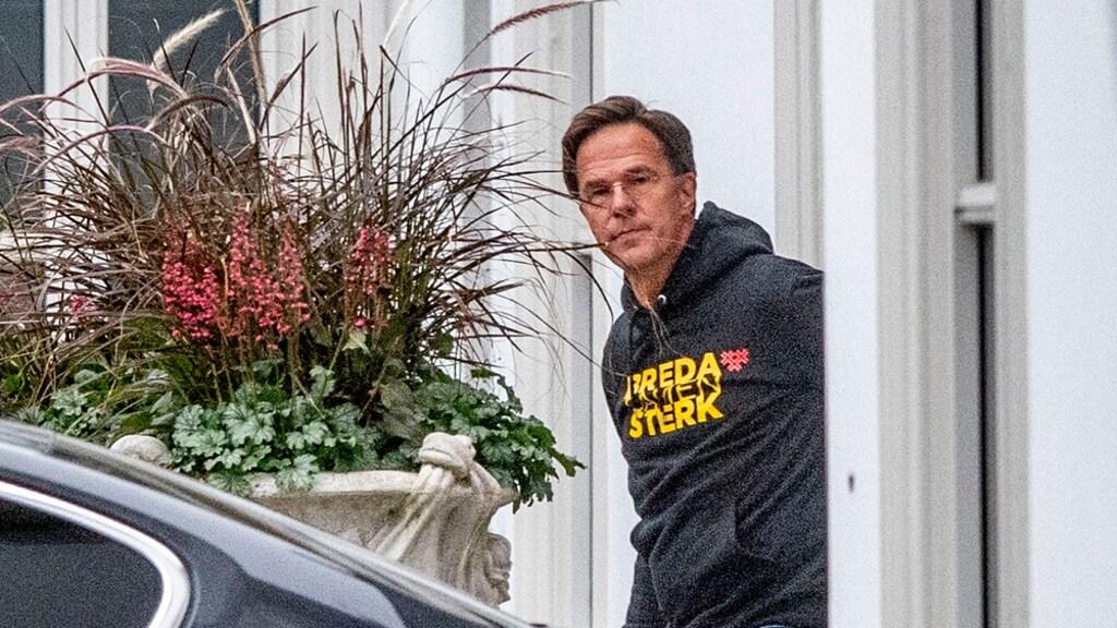 Premier Rutte vertrekt bij het Catshuis met een opvallende trui: Breda Samen Sterk.