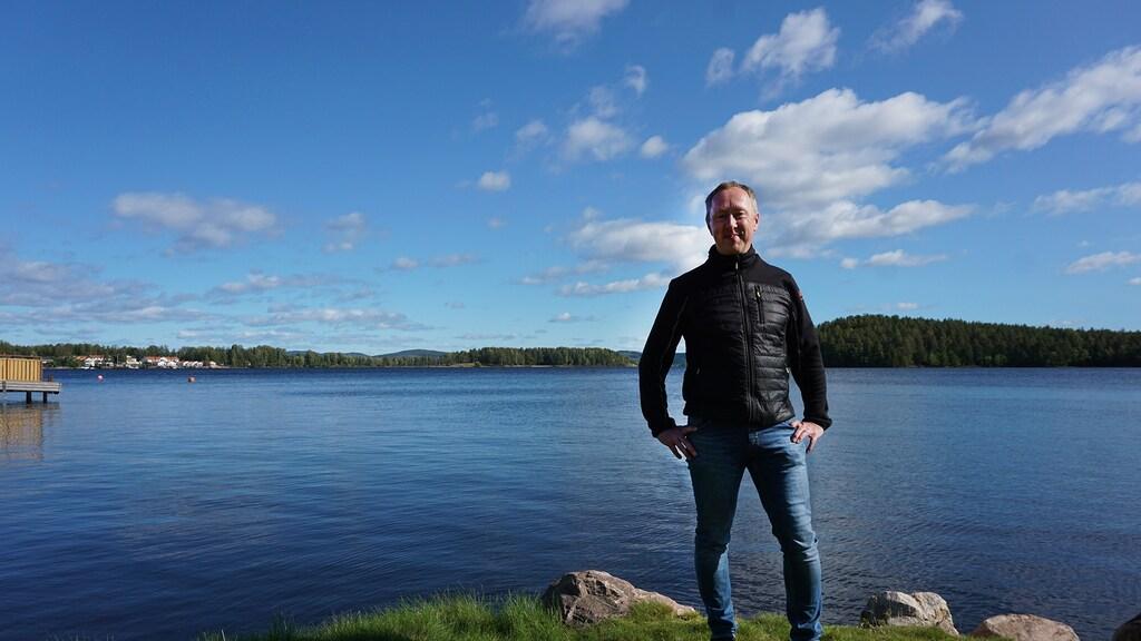 Christian van Dartel bij het meer Runn, waar hij schaatstochten organiseert.