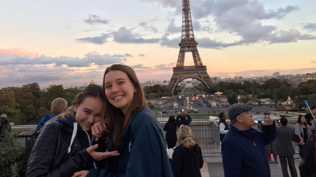 Jolien en Alessa in Parijs.
