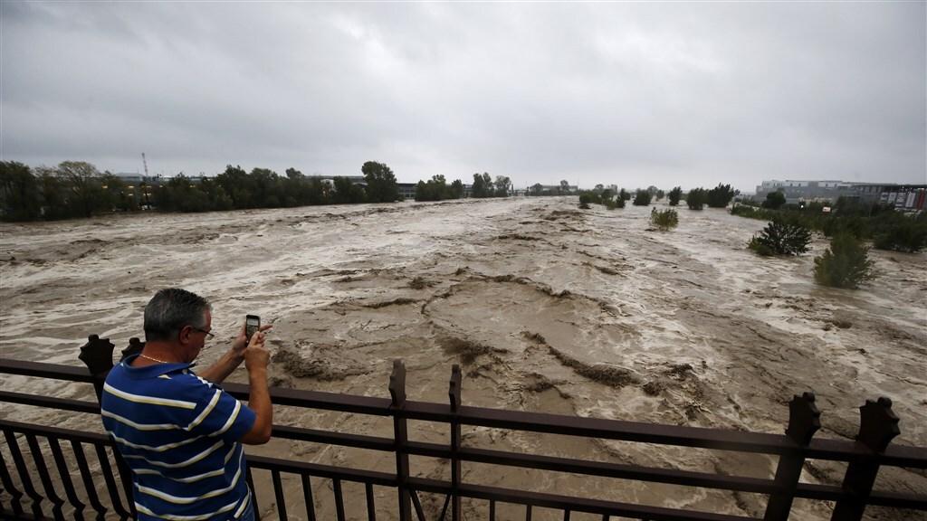 Man neemt een foto van het opkomende water nabij Nice.
