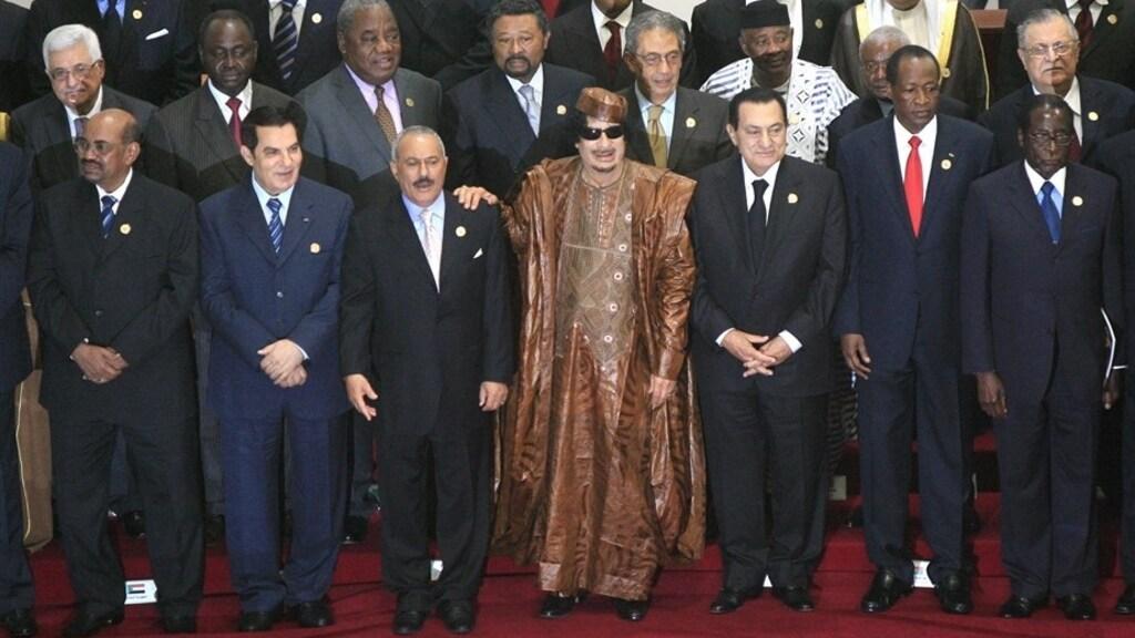 Eerste rij van links naar rechts: Bashir, Ben Ali, Saleh, Khadaffi, Moebarak, Compaoré, Mugabe.