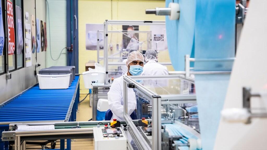 Een medewerker van de Mondmaskerfabriek Arnhem