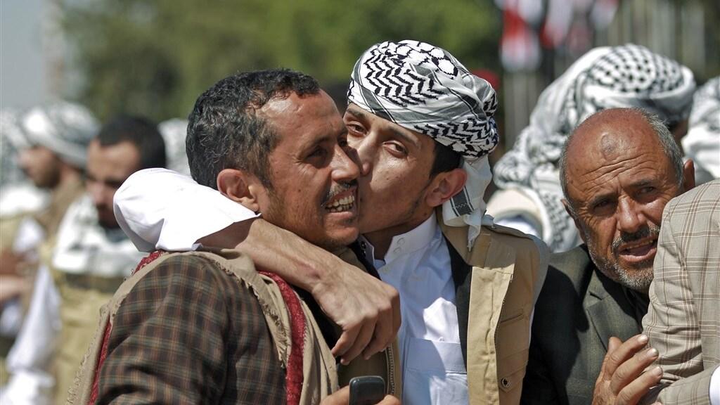 Vrijgelaten Jemenitische Houthi-gevangenen worden bij aankomst begroet door familieleden