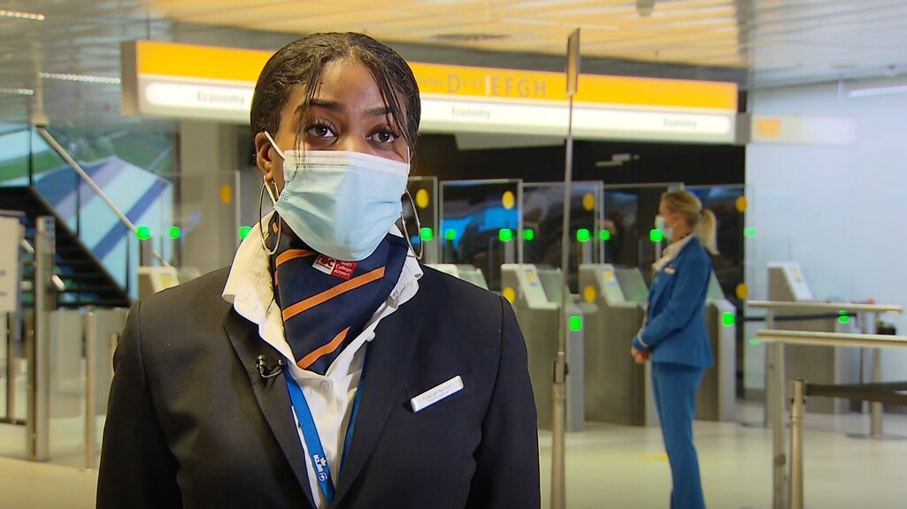 Nathanysia loopt stage op Schiphol.