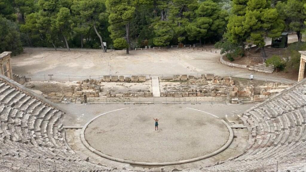 Suzanne in het (lege) theater van Epidaurus, het best bewaarde theater uit de Griekse oudheid.