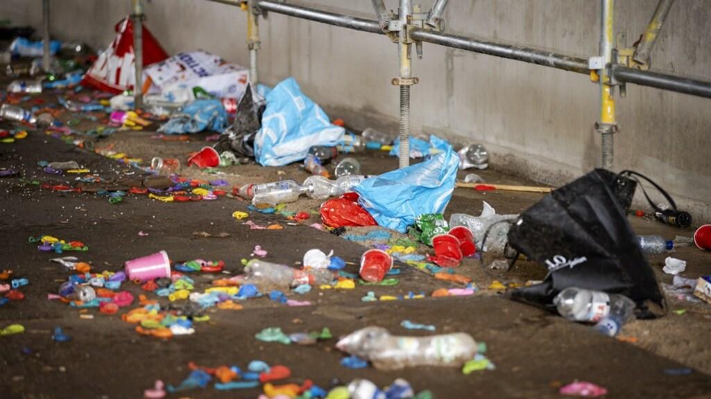 Er lagen bergen aan plastic afval, ballonnen en lachgaspatronen.