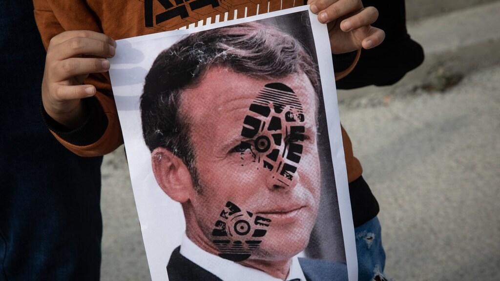 Een beeld dat je nu vaak ziet: Macron met een schoen