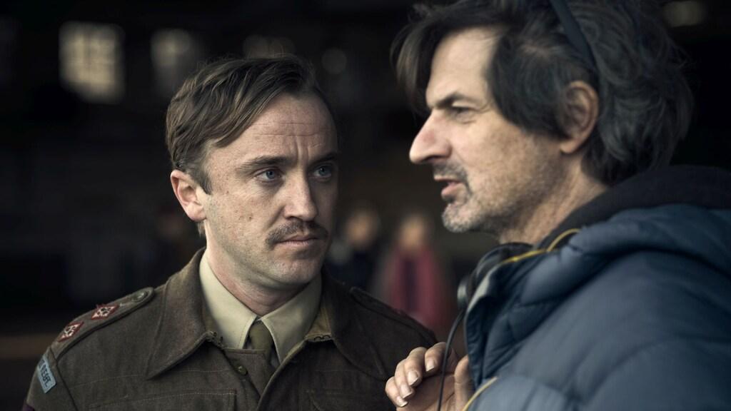 Regisseur Matthijs van Heijningen Jr. op de set met acteur Tom Felton.