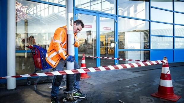 Rookzuilen op stations worden laadpalen voor e-bikes