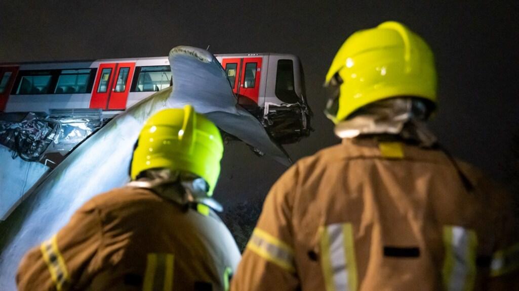 Hulpverleners bij het metrostel.