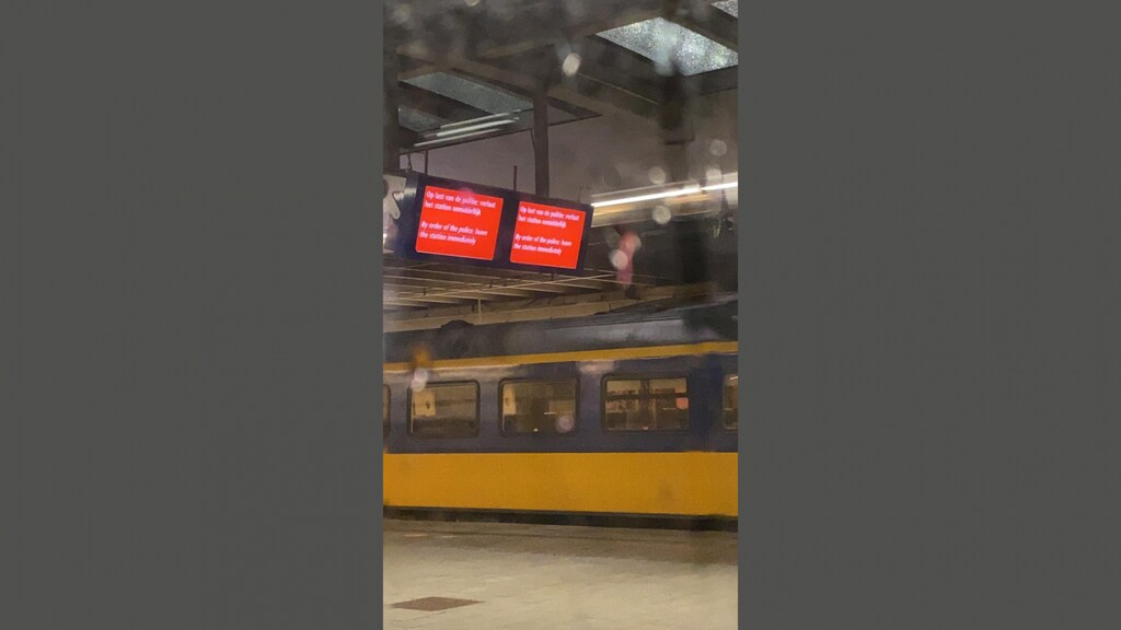 Foto van de informatieborden op het perron.