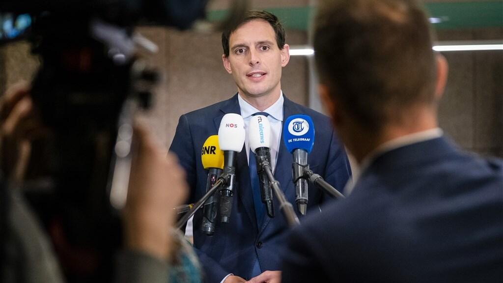 Minister Wopke Hoekstra staat de pers te woord over het akkoord met KLM.