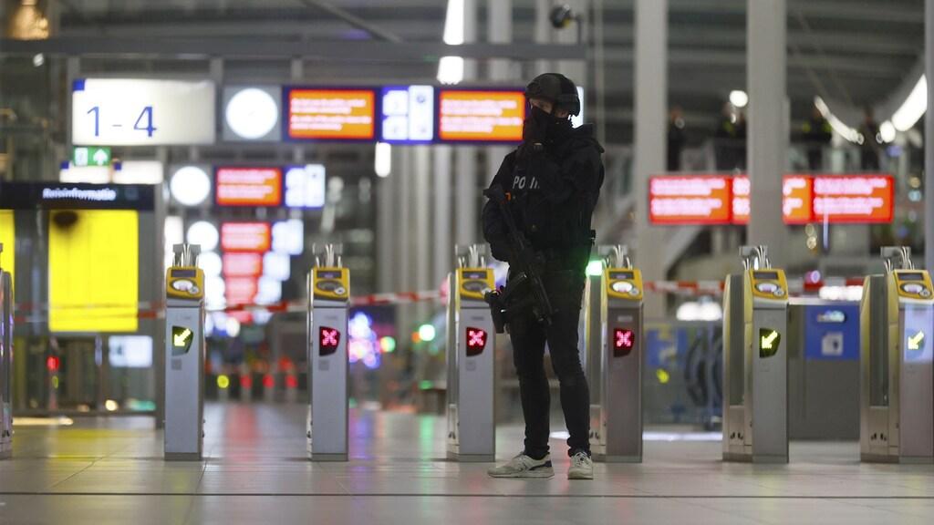 Een politieman van de Dienst Speciale Interventies gisteren op Utrecht Centraal