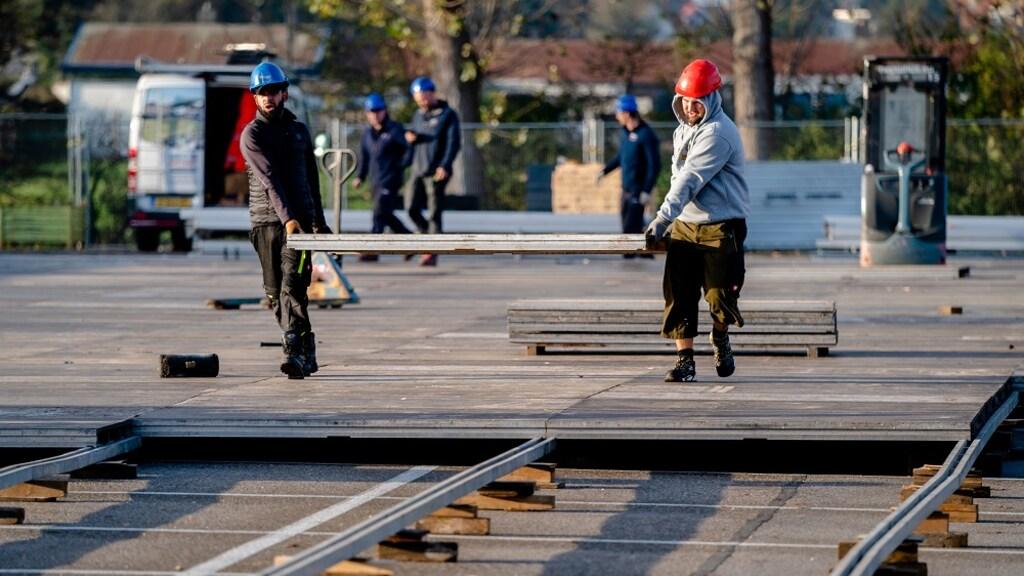 De GGD is begonnen met de bouw van een extra grote teststraat op Rotterdam The Hague Airport.