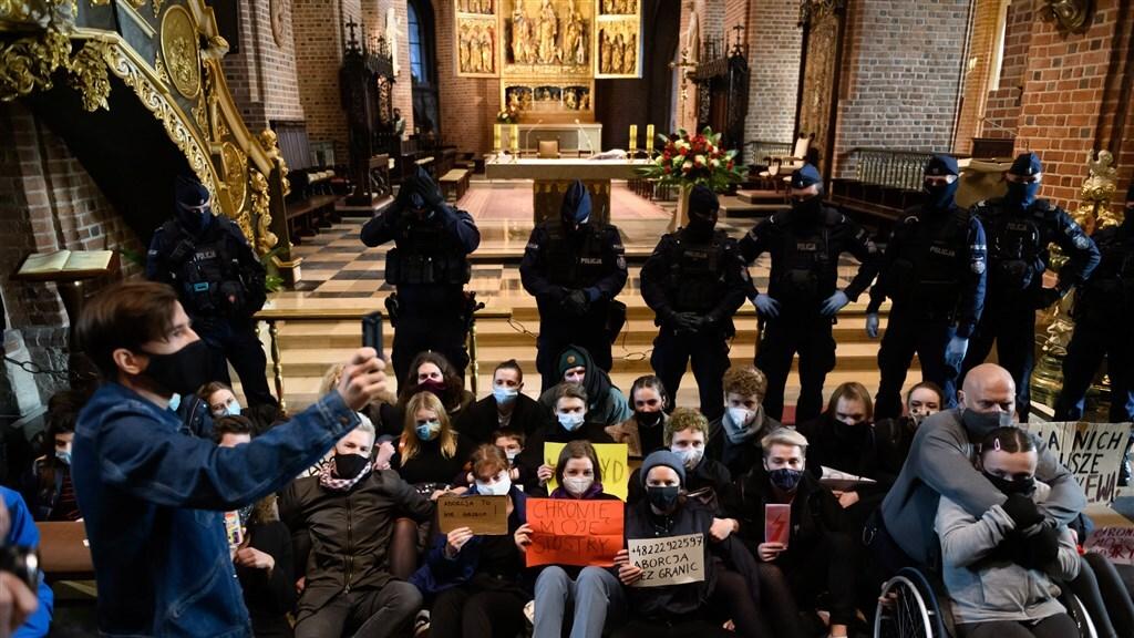 Demonstranten verstoren kerkdienst in Poznan.