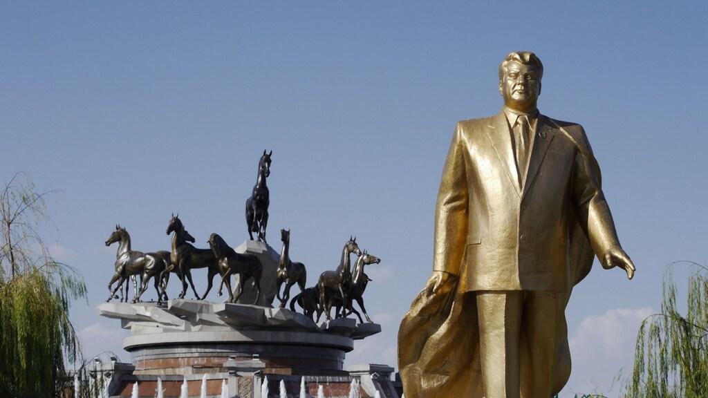 Een gouden standbeeld van de vorige Turkmeense president.