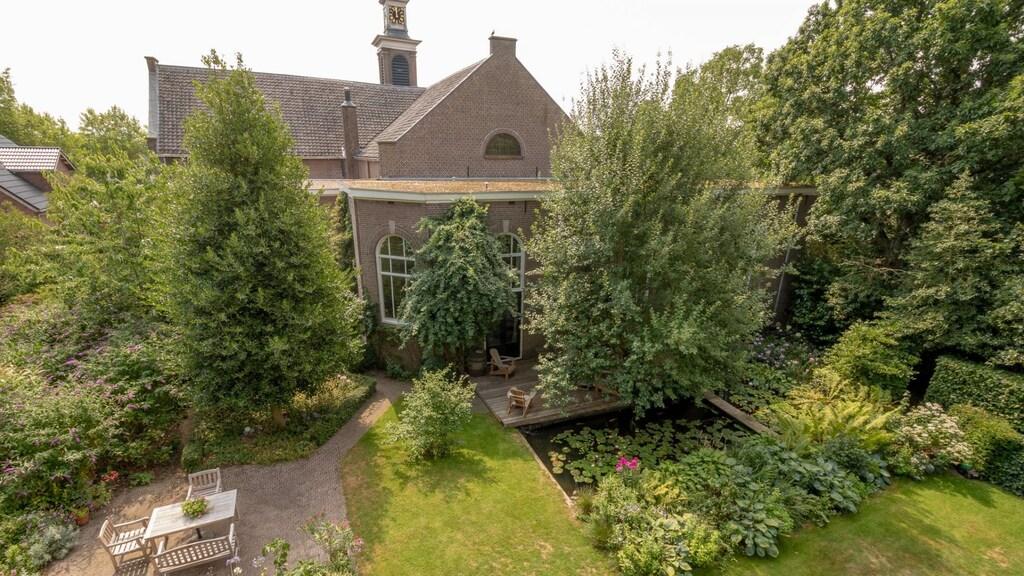 De tuin van de kerk.