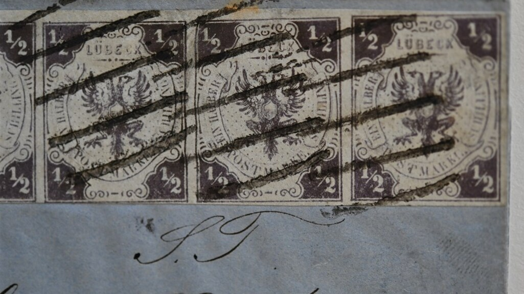 De postzegels op de brief die voor 430.000 euro werd verkocht.