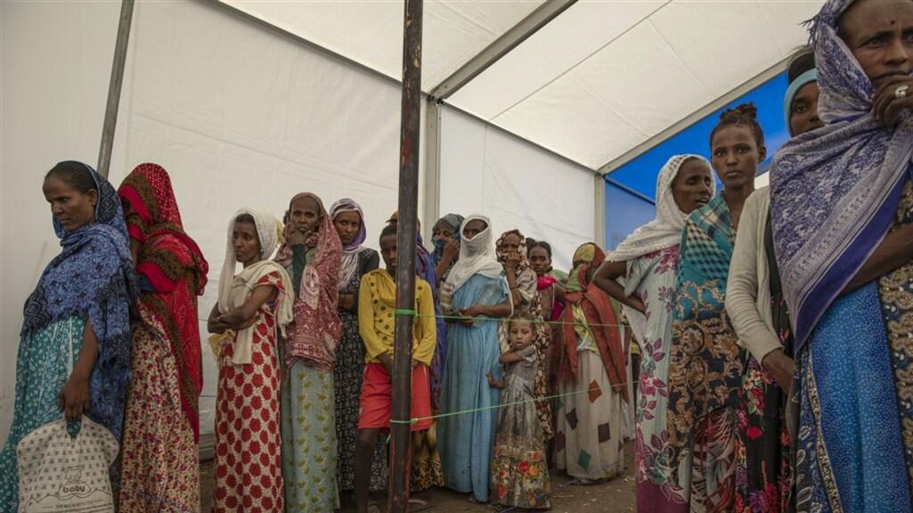 Vrouwen uit Tigray wachten in een vluchtelingenkamp in Soedan.