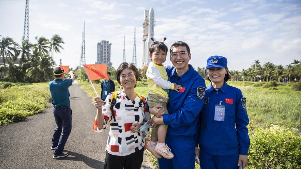Trotse medewerkers van de ruimtemissie poseren op de plek waar de raket gelanceerd wordt.