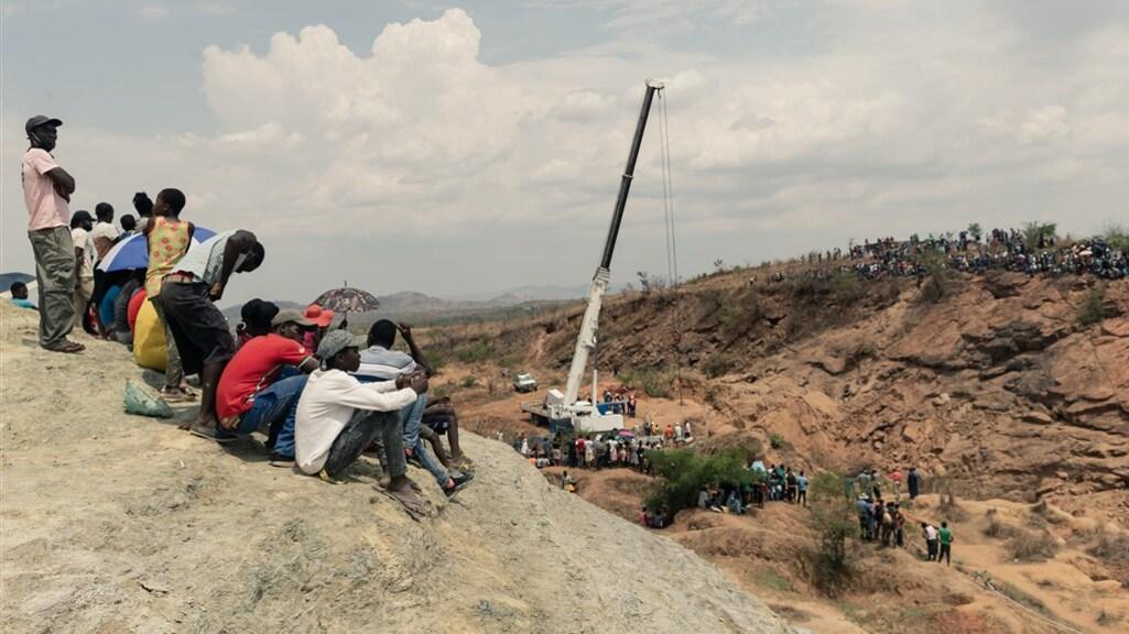Zimbabwanen kijken toe terwijl de reddingsactie bezig is.