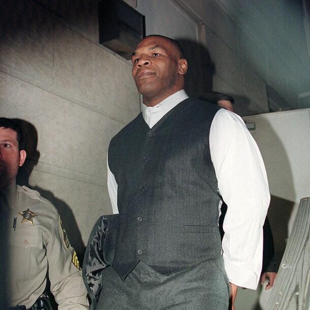 Mike Tyson met handboeien om na z'n veroordeling
