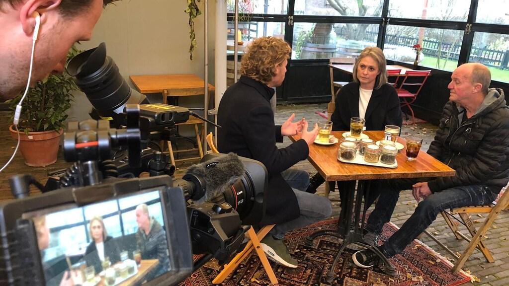 Hier is Genemans in gesprek met de ouders van Nicky Verstappen