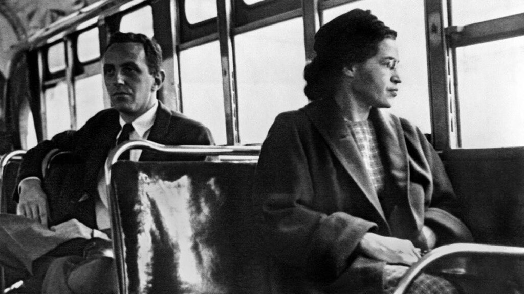 Rosa Parks in de bus in 1955.