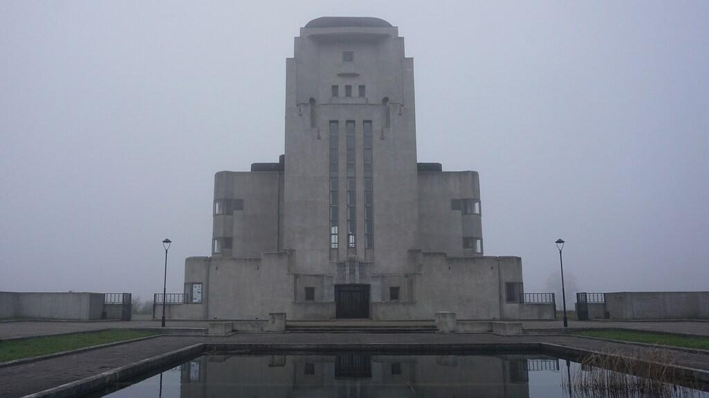 Het zendstation van Radio Kootwijk in de mist.