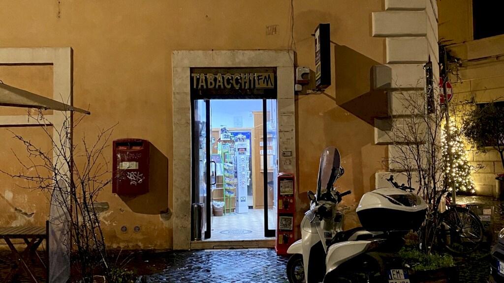 De tabakszaak waar Domenica werkt. Hij wil liever zelf niet op de foto.